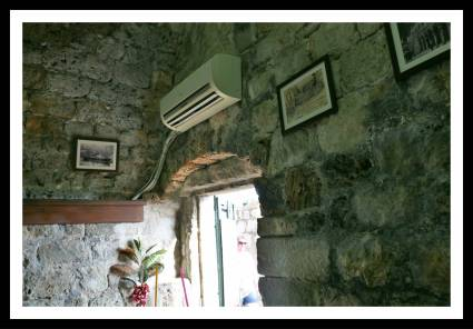 Instalações do Caffe Bar Minceta, dentro das Muralhas de Dubrovnik na Croácia