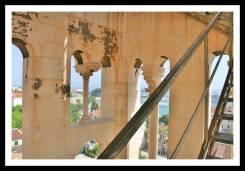Mais um pouquinho do corrimão e do vão central da Torre do Sino no Palácio Diocleciano