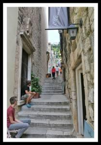Escadas dentro da cidade velha de Hvar na Croácia