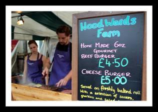 Pequenos produtores vendendo hamburgueres