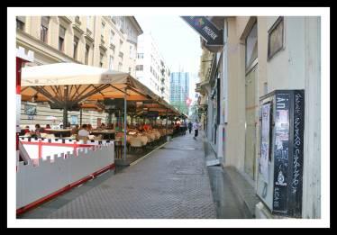 Ruas em Zagreb com mesas, cadeiras, cobertura: lembra o centro de Buenos Aires