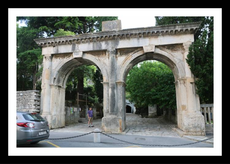 portões gemeos Pula Croácia.jpg