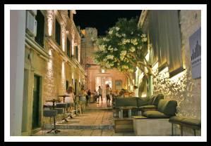 Às vezes você não sabe se é rua ou restaurante: sofás e mesas formando o lounge do restaurante