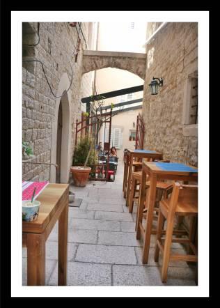 Ruas de Split: estreitas e com mesas e cadeiras de restaurantes