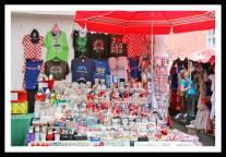 Banca de souvenir numa feira em Zagreb na Croácia