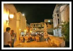 Mesas de restaurantes no meio das ruas: costume croata