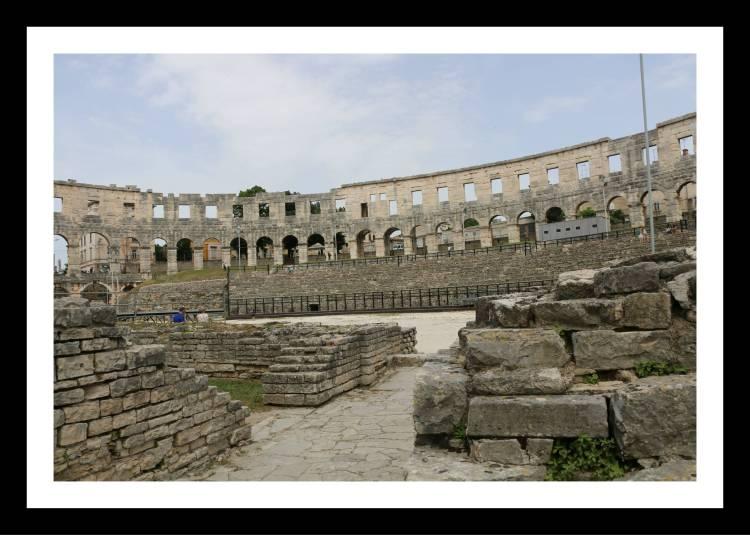 Vista interna Arena-Anfiteatro romano Pula Croácia.jpg