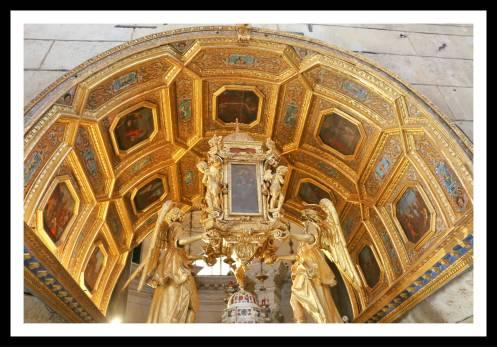 Altar ricamente adornado