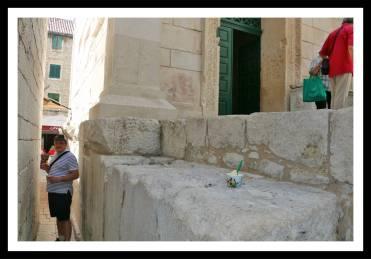 Acesso estreito entre Templo de Júpiter e demais construções
