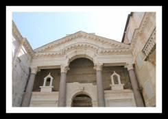 Um dos lados do Peristilo: acesso ao Vestíbulo e ao Subterrâneo