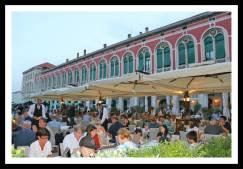 Muitos restaurantes e pessoas: local agitado durante as refeições