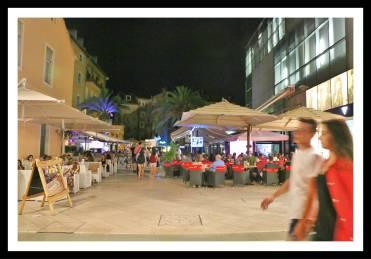 Restaurantes com mesas e cadeiras externas deixam o local agradável para uma refeição