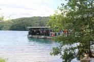 Barco que cruza o maior lago de Plitvice