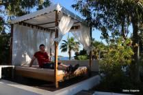 Também há camas ao lado das piscinas