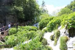 Caminhos que cruzam as águas do lago