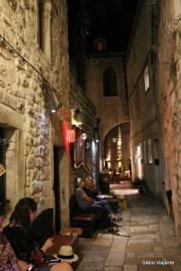 Nada mal esperar por um lugar no restaurante nessas ruas charmosas de Hvar...