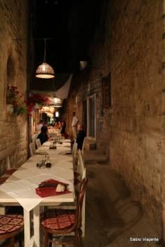 Mesas de restaurantes nas ruelas de Hvar