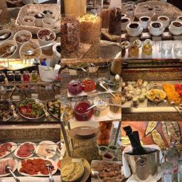 Mosaico do buffet do café da manhã do hotel Esplanade em Zagreb: salmão defumado, todos os tipos de presuntos defumados, cereais e até champagne!