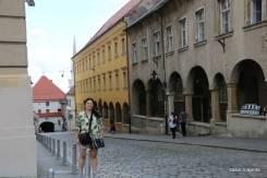Portão de Pedra ao fundo: num desses prédios laterais fica a mais antiga farmácia em funcionamento de Zagreb: desde 1355!