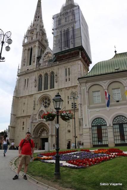 Primeiramente construída em 1217, foi reconstruída várias vezes e hoje mantém o estilo neo-gótico