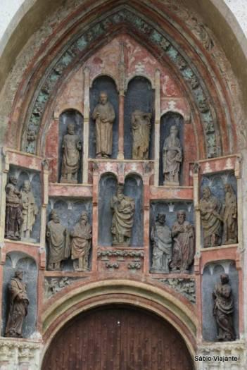 Detalhe do portal gótico da porta central: tem 4 estátuas feitas de madeira porque as originais foram destruídas