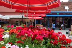 O guarda sol vermelho torna fácil a identificação do mercado Dolac