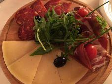 Entradinha de presunto cru croata, kulen (um salame eslavônio) e queijo croata