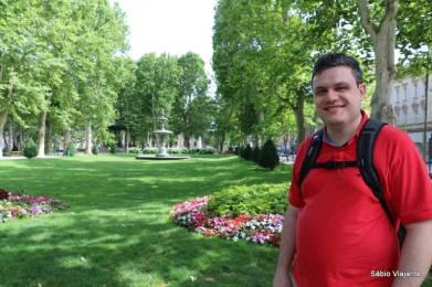 Fonte de água, flores e muito verde: uma das alças da ferradura verde de Zagreb
