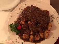 Dividimos o prato típico croata: Maduševac steak (carne de vitela com nhoque)