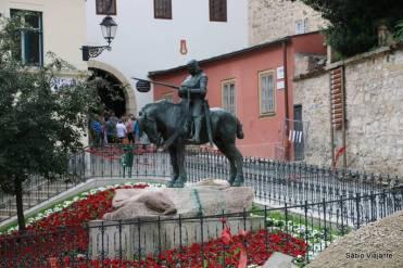 Saindo do Portão de pedra você vê a estátua de Dora Krupiceva, uma heroína de um romance de August Senoa, escritor croata