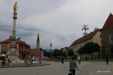 Pátio em frente à Catedral de Zagreb com a coluna de Maria