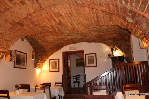 O restaurante ficava num porão e bem no meio do nosso passeio: Laterna na Dolcu com pratos típicos croatas