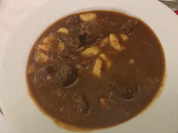 A grande estrela do nosso passeio e um dos pratos da gastronomia croata: Slavonian shepherd's stew (cozido de carne de vaca, porco, vitela e veado)