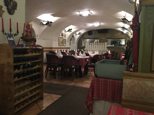 Parte do salão do restaurante Stari Fijaker 900 em Zagreb Croácia