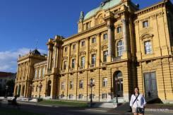 Construído nas imediações da cidade, com o crescimento de Zagreb hoje faz parte do centro comercial