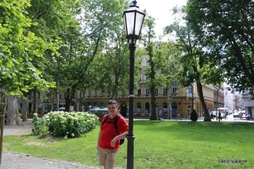 A praça mais conhecida como Praça Zrinjevac é uma das alças da Ferradura verde ou Ferradura de Lenuci: forma urbanística criada por Milan Lenuci, um urbanista croata