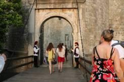 Entrada da cidade velha de Dubrovnik: guardas caracterizados para melhorar a experiência do turista.