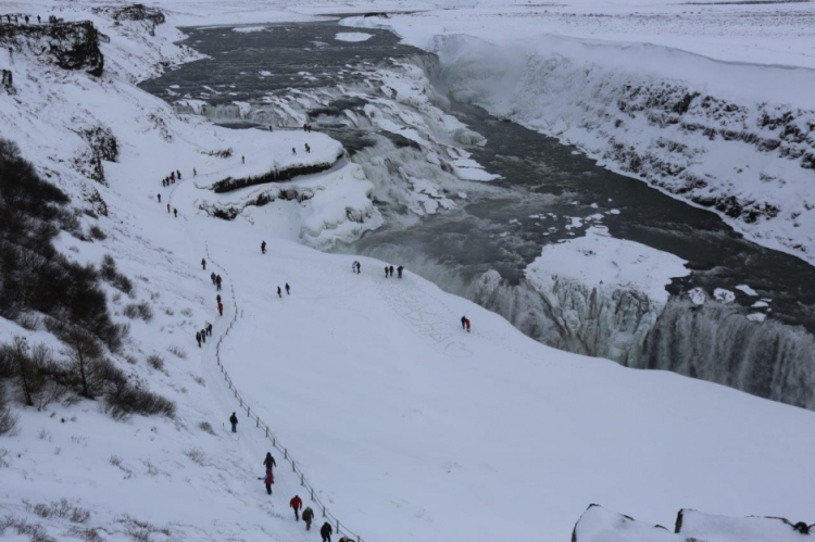 gullfoss_tourists_dangerous.jpg