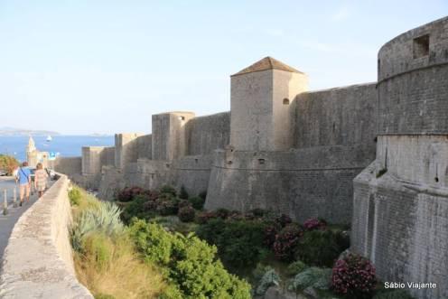 Imponência dos muros que cercam a cidade de Dubrovnik: são realmente impressionantes!