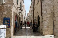 Ruas de Dubrovnik: muitas lojas e turistas