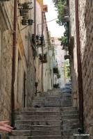 Para quem se hospedar alugando quartos dentro da cidade, preparem-se para escadas...