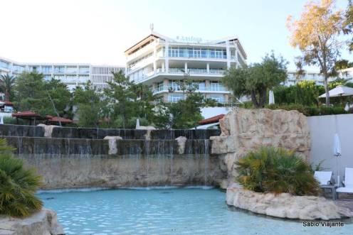 Há uma cascata entre as duas piscinas