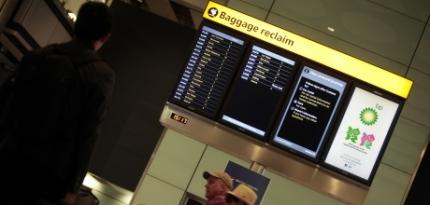 Painel onde aparece o seu número do voo e o número da esteira onde sua mala vai aparecer