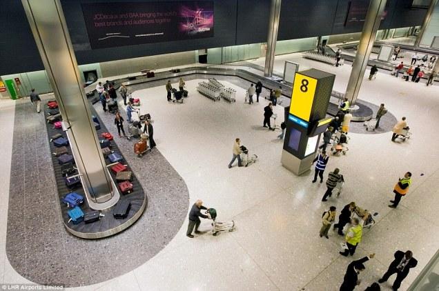 Saguão de restituição de bagagem: luminosos com a numeração bem aparente