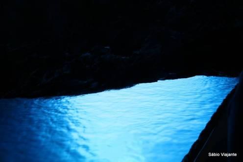 A luz do sol passa por debaixo da caverna refletindo no interior dela