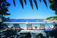 A opção mais simples: cadeira de praia meio longe do mar