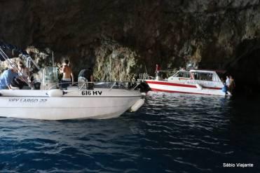 Área interna grande e duas entradas facilitam o acesso de pequenas embarcações