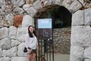 A entrada da trilha que sobe à fortaleza