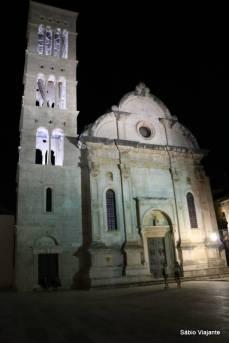 A igreja fica iluminada à noite