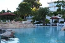 O ambiente agradável da piscina superior